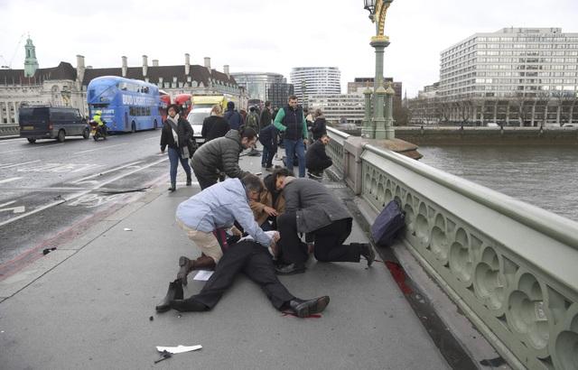 Một người bị thương được sơ cứu khẩn cấp (Ảnh: Reuters)
