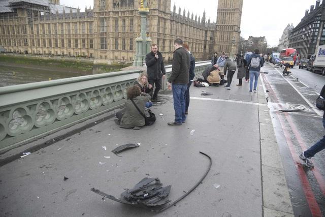 Giới chức London cho biết dường như chỉ có một kẻ tấn công duy nhất trong vụ việc lần này. Tuy nhiên an ninh vẫn được siết chặt trên toàn thành phố đề phòng những nghi phạm khác vẫn đang lẩn trốn. (Ảnh: Reuters)