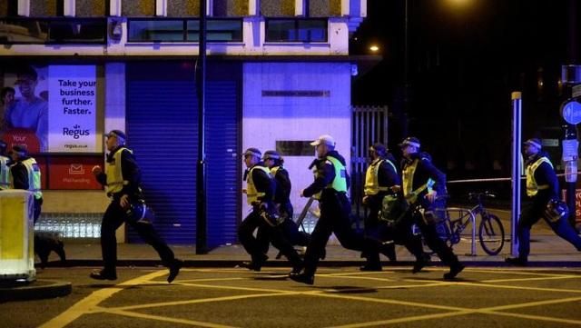 Theo cảnh sát London, 3 nghi phạm - mặc áo cài thuốc nổ giả - đã bị bắn chết trong vòng 8 phút sau cuộc gọi báo tin đầu tiên về vụ tấn công (Ảnh: Reuters)