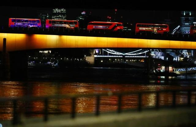 Các xe buýt đỗ trên cầu London sau vụ tấn công (Ảnh: Reuters)