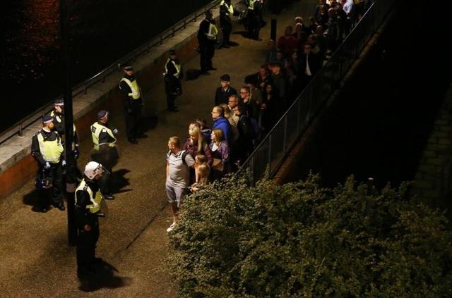 Vụ tấn công tối qua có cách thức thực hiện giống vụ tấn công hôm 22/3, làm 5 người chết. Khi đó, kẻ tấn công Khalid Masood khi đó đã lái chiếc ô tô vào những người đi bộ trên vỉa hè cầu Westminster trước khi lao vào một hàng rào chắn. Masood, mang theo một con sau, sau đó đã bỏ chạy khỏi xe và tiến về phía tòa nhà quốc hội, nơi y bị cảnh sát bắn chết. (Ảnh: Reuters)