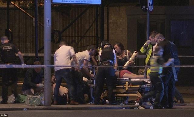 Khoảng 30 người cũng bị thương trong loạt tấn công (Ảnh: PA)