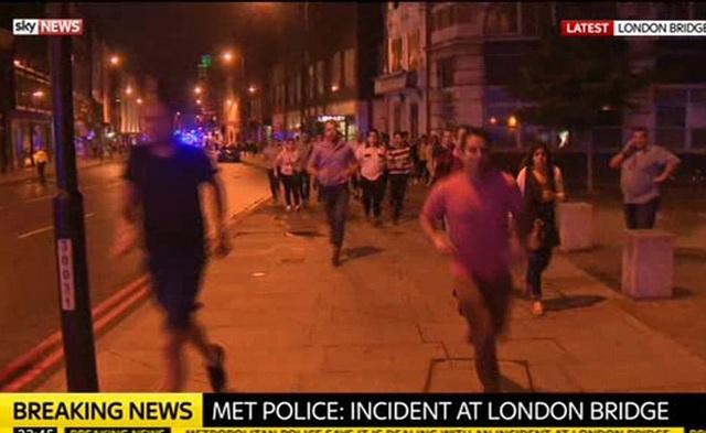 Mọi người bỏ chạy sau vụ tấn công trên cầu London vào tối qua (Ảnh: Dailymail)