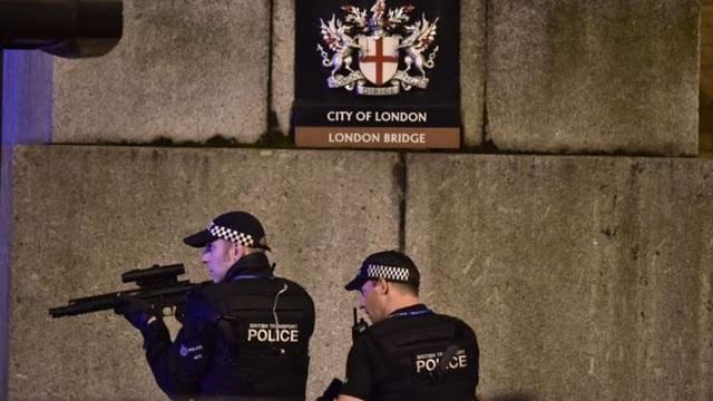 Cảnh sát Anh làm nhiệm vụ trên cầu London (Ảnh: Reuters)
