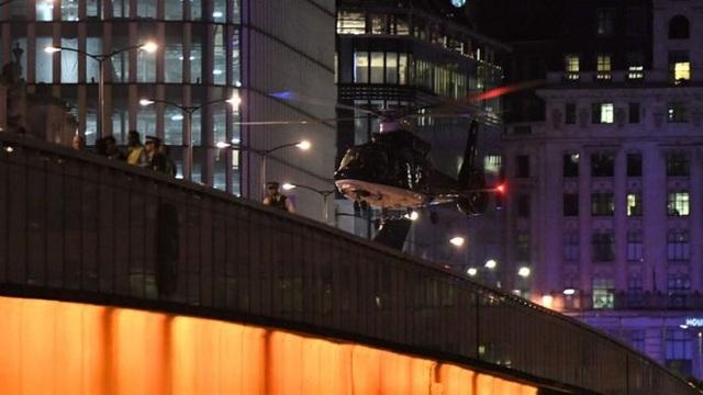 Trực thăng đối phó khẩn cấp hạ cánh trên cầu London (Ảnh: AFP, Getty)