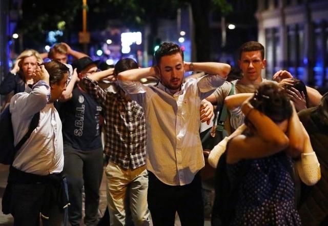 Mọi người được cảnh sát hộ tống tới nơi an toàn sau vụ tấn công (Ảnh: Reuters)