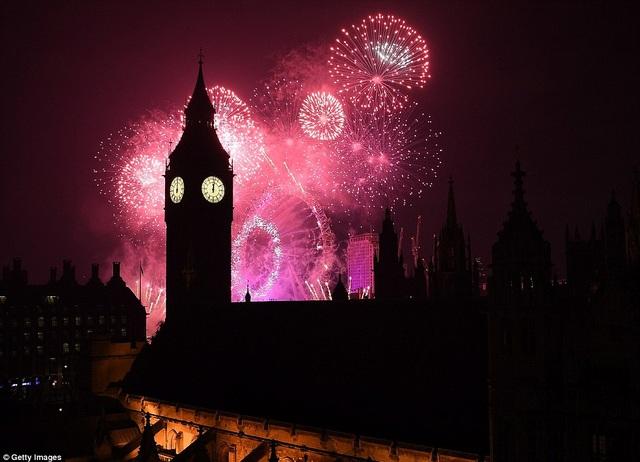 Bầu trời London lung linh, huyền ảo trong đêm giao thừa (Ảnh: Getty)