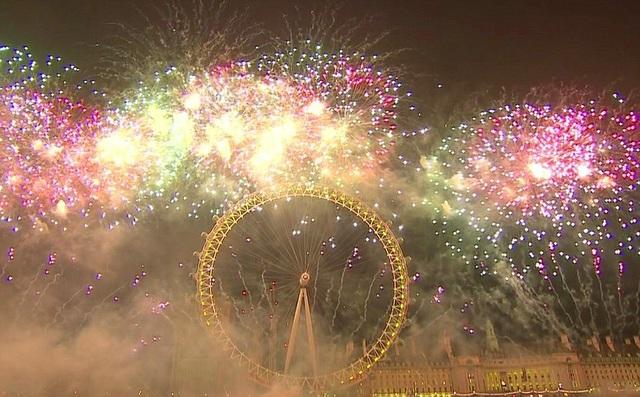 Pháo hoa sáng rực bên trên vòng quay khổng lồ London Eye ở London (Ảnh: DM)