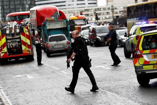"""Sau khi lái chiếc xe """"điên"""" lao lên vỉa hè cầu Westminster và bên ngoài trụ sở quốc hội, nghi phạm tiếp tục dùng dao để tấn công và giết hại một sĩ quan gác cổng quốc hội. Tên này sau đó đã bị cảnh sát bắn chết. (Ảnh: Reuters)"""