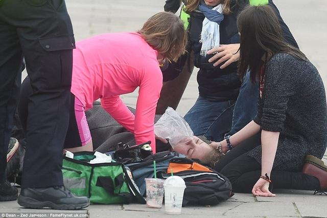 Nhiều người bị thương nằm la liệt trên cầu. (Ảnh: Dailymail)