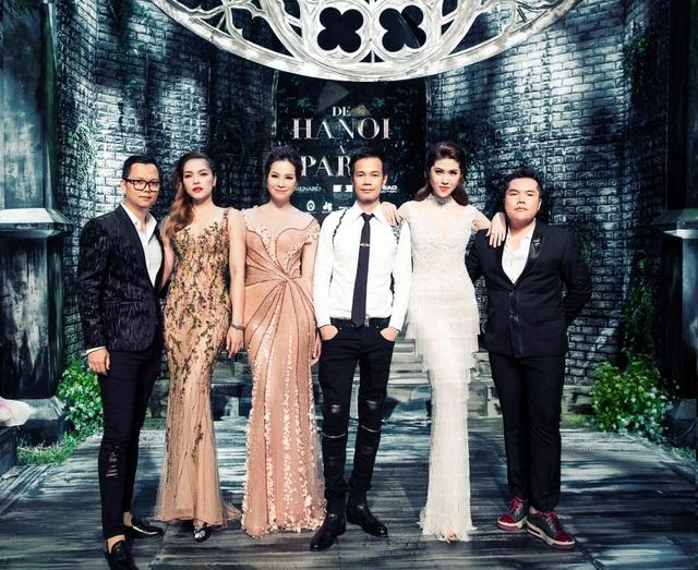 Long Kan (ngoài cùng bên trái) là Tổng Đạo diễn trong đêm thời trang De Hanoi à Pari của NTK Hoàng Hải (thứ 3 từ phải sang).