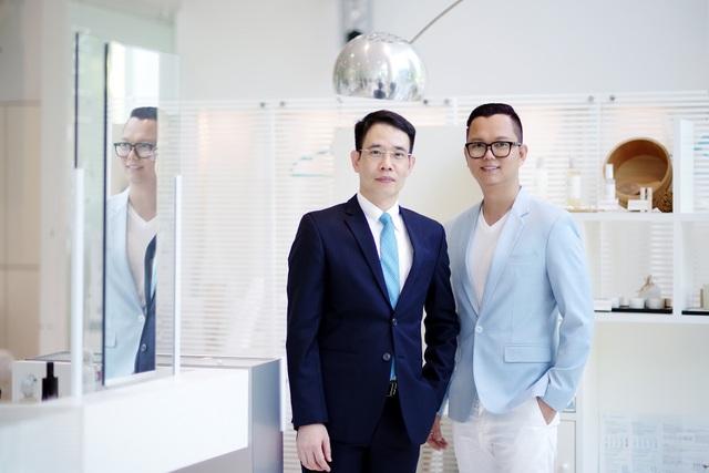 Đạo diễn Long Kan và ông Khương Anh Văn - Chủ tịch Menard Việt Nam - đại diện BTC Đại nhạc hội Son.