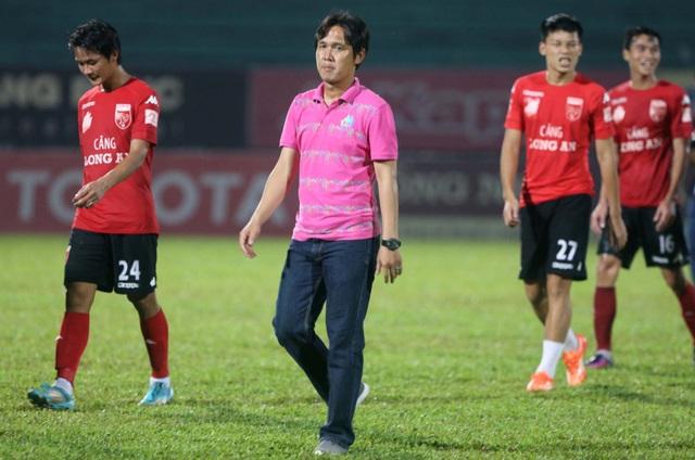 Ngày chia tay V-League nhiều nỗi niềm của đội Long An (ảnh: Anh Hải)