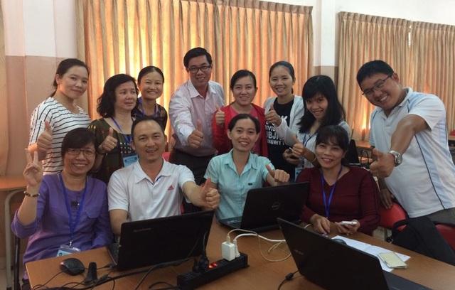 Theo ThS Vũ Hoàng Sơn (áo trắng, đeo kính đứng giữa), giáo viên đang đánh đồng theo trình độ số đông học trò và trẻ không biết chữ trước khi vào lớp 1 lại thành cá biệt