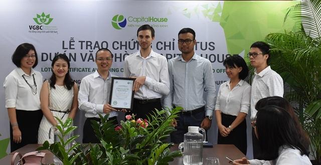 Đại diện Tập đoàn Capital House nhận chứng chỉ LOTUS cho dự án văn phòng Xanh