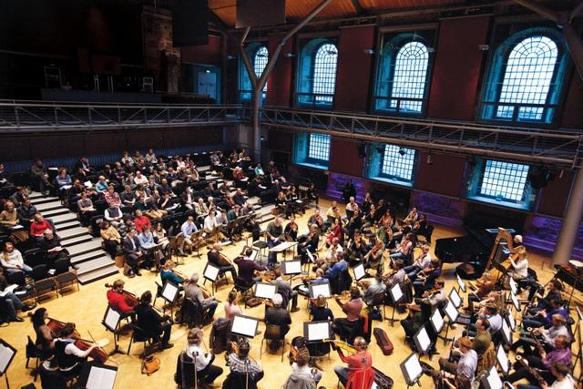 LSO quy tụ 90 nghệ sỹ đến từ khắp nơi trên thế giới, đây là 1 trong 5 dàn nhạc uy tín nhất thế giới