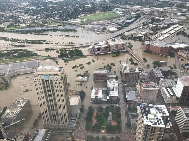 Cảnh lũ lụt tại thành phố Houston, bang Texas nhìn từ trên cao sau trận bão lịch sử Harvey (Ảnh: Reuters)