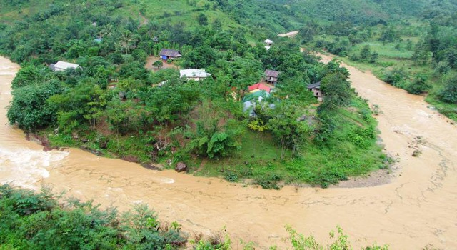 Bản làng nằm bên sông bị cô lập