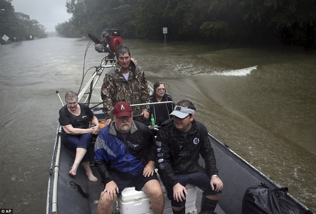 Thuyền là phương tiện giao thông chủ yếu trên những con đường bị ngập sâu (Ảnh: AP)