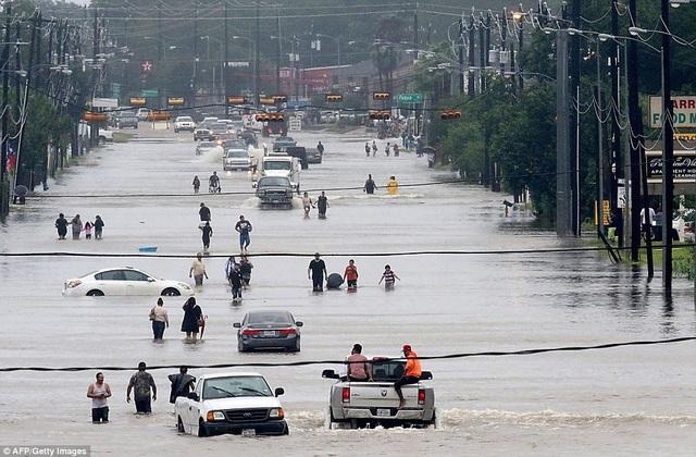 Ngập lụt đã diễn ra trên diện rộng sau khi siêu bão Harvey, với sức gió 215km/h, đã đổ bộ vào bang Texas cuối tuần qua. Đây là cơn bão mạnh nhất đổ bộ vào đất liền nước Mỹ trong 13 năm qua và cũng là cơn mạnh nhất từng tấn công bang Texas kể từ năm 1961. (Ảnh: AFP/Getty)