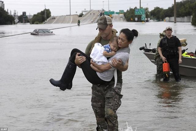 Một cảnh sát Houston giải cứu cô Catherine Pham và con trai 13 tháng tuổi từ nhà riêng (Ảnh: AP)