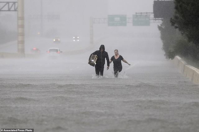 Theo BBC, thành phố lớn thứ 4 nước Mỹ đang vật lộn với đợt mưa và lũ lụt nghiêm trọng chưa từng có (Ảnh: AP)