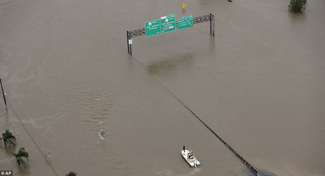 Một tuyến đường bị ngập tại Houston (Ảnh: AP)