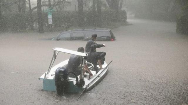 Hàng nghìn người đã kêu gọi trợ giúp và lực lượng cứu hộ cho biết khoảng 2.000 người đã được giải cứu tại hoặc quanh Houston, nơi có khoảng 6,6 triệu dân sống ở khu vực đô thị. (Ảnh: AP)
