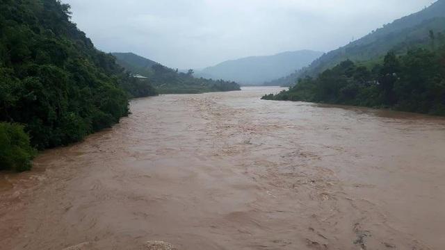 Nước sông Đakrông cuồn cuộn và đang có chiều hướng dâng cao