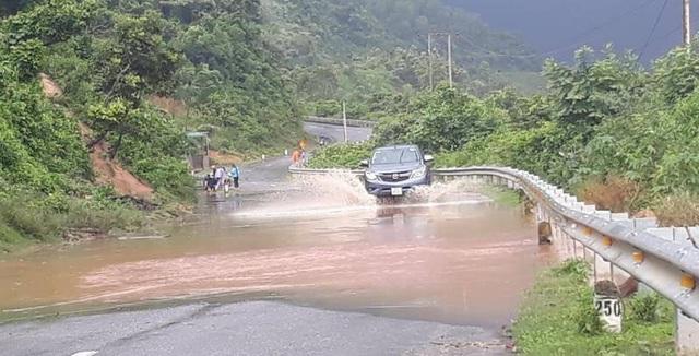 Đường Hồ Chí Minh nhánh Tây bị ngập nước