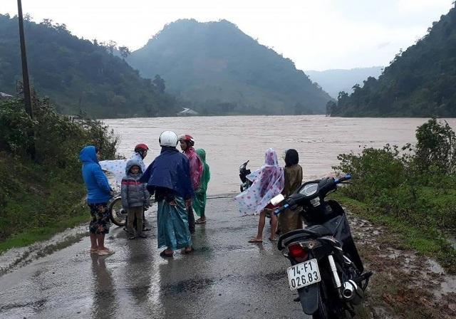 Người dân không thể trở về nhà do ngập lụt tại một số tuyến đường