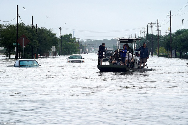 Hàng loạt phương tiện bị nhấn chìm trong biển nước (Ảnh: Reuters)