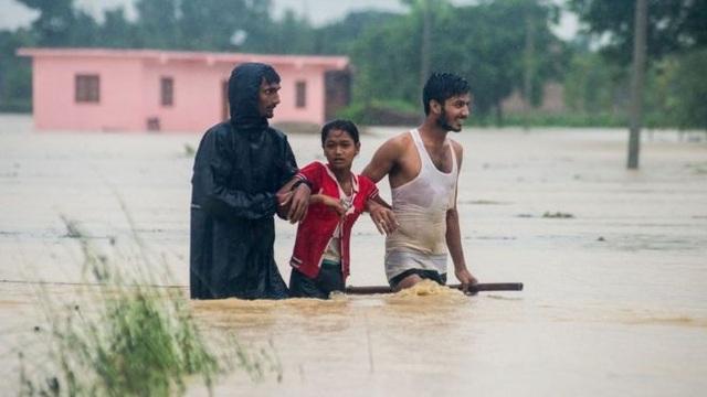 Theo giới chức Nepal, những cơn mưa lớn kéo dài bắt đầu từ ngày 11/8 đã gây lũ lụt vào sạt lở đất nghiêm trọng tại phía nam Nepal. Đến ngày 13/8, đã có ít nhất 49 người thiệt mạng, 17 người khác bị mất tích và 5.000 người phải sơ tán.