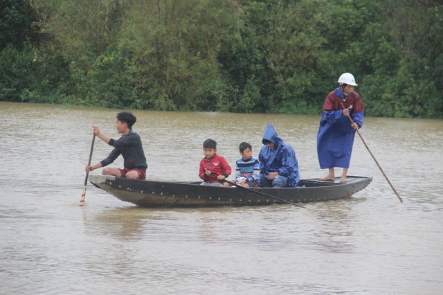 Theo ghi nhận của PV Dân trí, hiện tại xã Hải Hòa, huyện Hải Lăng rút chậm, nhiều khu vực còn bị ngập sâu