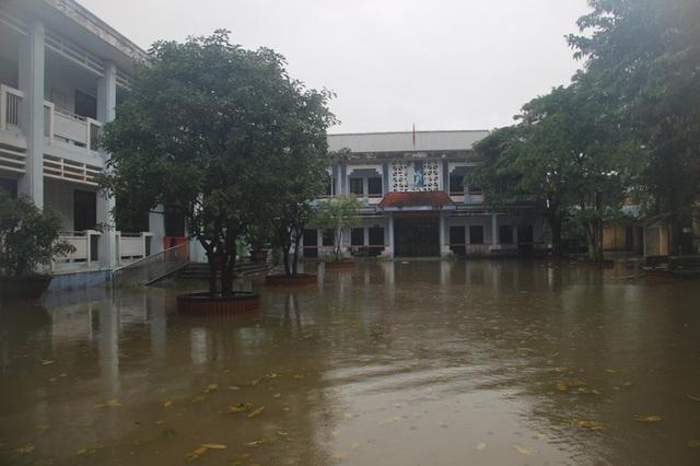 Trường Trung học cơ sở Hải Hòa đang bị ngập. Học sinh vẫn chưa thể đến trường