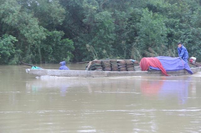 Dù mực nước trên sông Ô Giang đang ở mức cao, song người dân vẫn chèo thuyền ra đánh cá