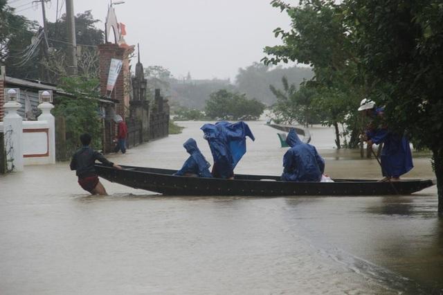Người dân địa phương phải dùng thuyền đi lại giữa dòng nước lũ
