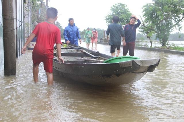 Nước lũ bủa vây tứ phía, thuyền, xuồng là phương tiện duy nhất có thể đi lại vào mùa mưa lũ