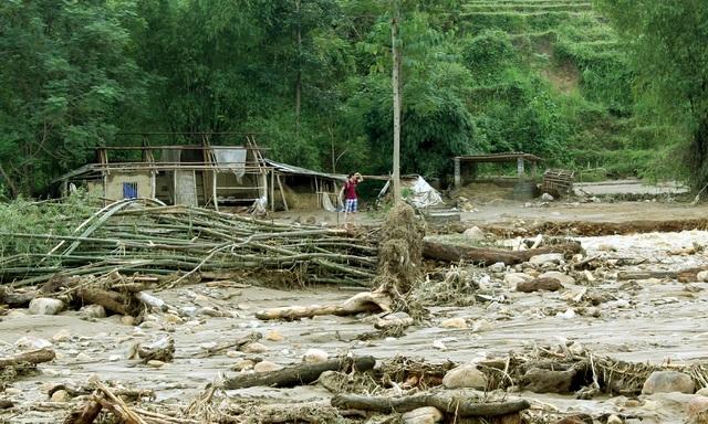 Ba mái nhà bị cuốn bay, thay vào đó là đất đá, cây gỗ, những bụi tre...