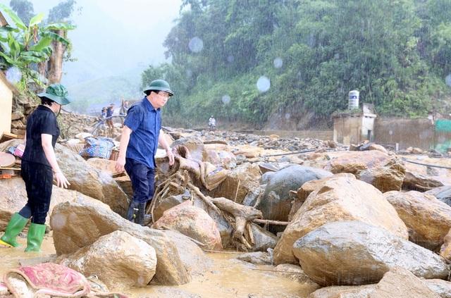 Phó Thủ tướng Trịnh Đình Dũng thị sát khu vực sạt lở lớn sau lũ.