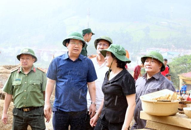 Lãnh đạo Chính phủ cùng Bí thư tỉnh uỷ Yên Bái Phạm Thị Thanh Trà chỉ đạo công tác cứu hộ tại hiện trường.