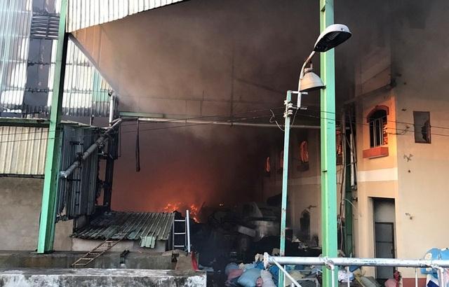 Lúc 6h40 sáng nay, ngọn lửa bên trong công ty vẫn bốc cháy.