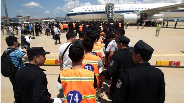 Băng nhóm lừa đảo người Trung Quốc bị dẫn độ về nước (Ảnh: AP)