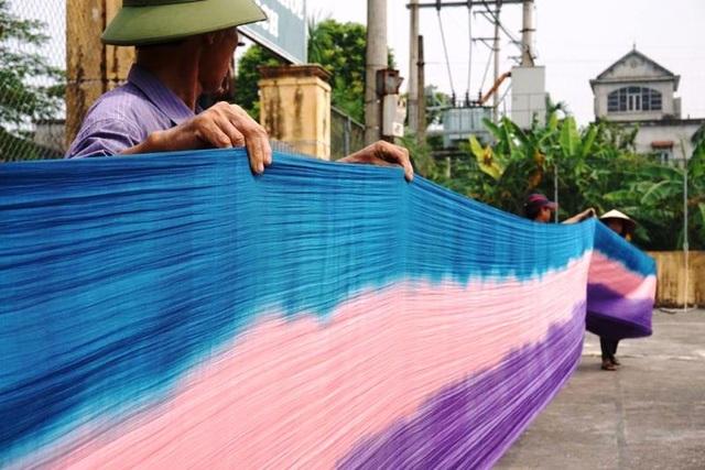 Danh tiếng của lụa Nha Xá chỉ xếp sau lụa của làng Vạn Phúc (Hà Đông, Hà Nội). Bởi vậy, nhiều người vẫn gọi Nha Xá là làng á hậu về nghề dệt lụa.