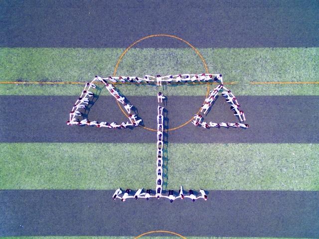 Biểu tượng của ngành Luật nói chung được sinh viên trường Đại học Luật - Đại học Huế xếp hình trên sân vận động của trường