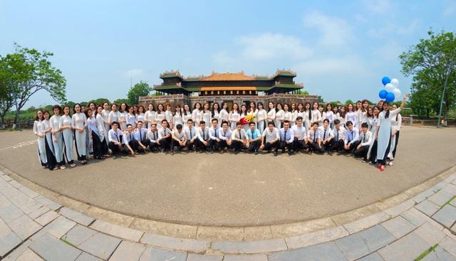 Sinh viên trường Đại học Luật - Đại học Huế chụp ảnh dã ngoại tại Ngọ Môn - Đại Nội Huế