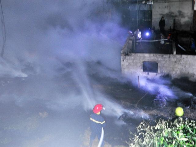 Sau hai tiếng, lực lượng chức năng đã khống chế, dập tắt đám cháy.