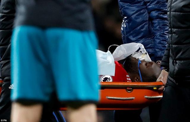 Lukaku phải rời sân bằng cáng và thở bình oxy