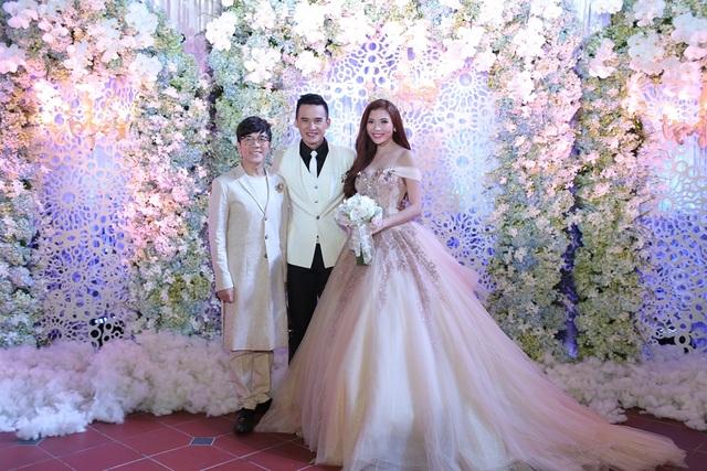 """Tôi biết ơn ngày cưới hôm đó nhận sự hỗ trợ của rất nhiều người để có một đám cưới như ý, nhất là những bó hoa tươi mà anh Simon Tứ đã chuẩn bị thâu đêm suốt sáng để bữa tiệc lộng lẫy và trọn vẹn. Hôm đó là một kỉ niệm khó quên trong đời"""", nữ diễn viên tâm sự về đám cưới đáng nhớ của mình."""
