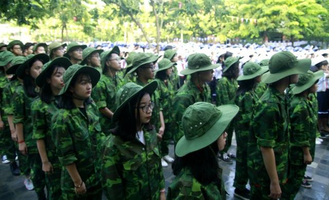 """Học sinh trường Lương Thế Vinh """"cực chất"""" với màu áo lính ngày khai giảng - 1"""